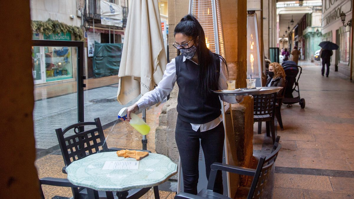 La camarera de un bar en la céntrica calle Portales de Logroño.