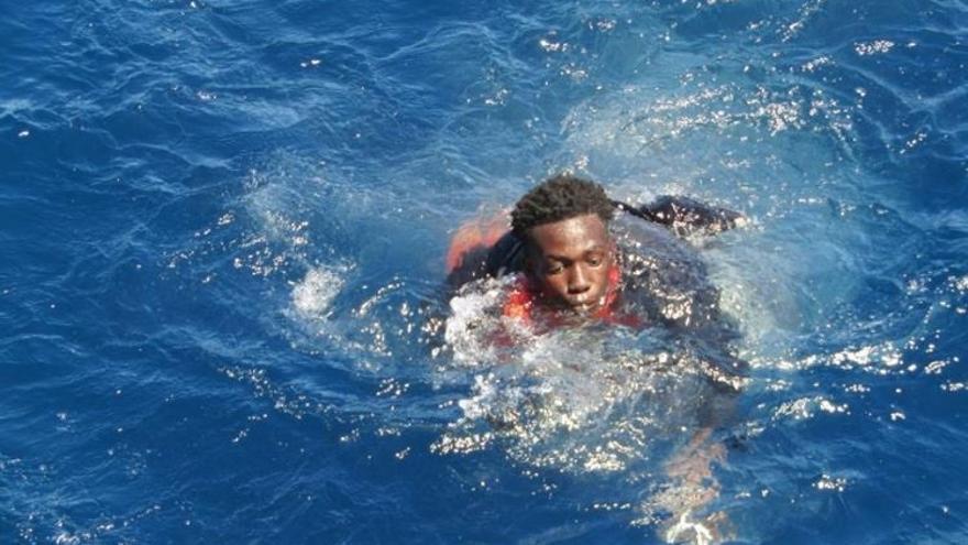 Rescatadas con hipotermia cuatro personas de una patera que deja más de 40 posibles desaparecidos