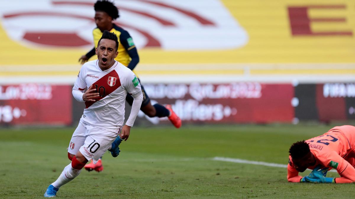 Cueva festeja el primer gol de Perú ante Ecuador.