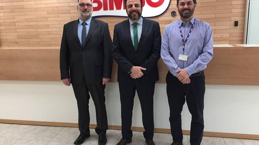 De izquierda a derecha, Juan Pablo Román, concejal de Industria, el alcalde José Luis Blanco y Javier Cabeza, director de Operaciones de Grupo Bimbo. FOTO: Ayuntamiento de Azuqueca