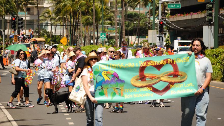 Varias personas reivindican el poliamor en una manifestación del Orgullo LGTB en Hawaii.