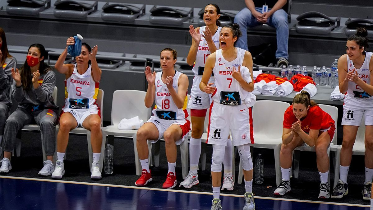 Jugadoras de la selección española celebrando un canasta