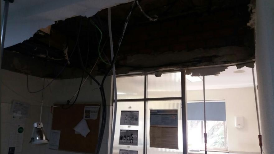 Desprendimiento del techo de una sala de extracciones del hospital Gregorio Marañón. / @MaranionMats