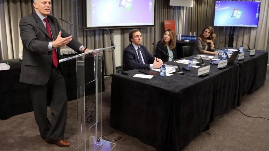 El director del Hemisferio Occidental del FMI, Alejandro Werner (i), interviene durante la apertura de la VI Jornada Perspectivas económicas de América Latina 2019-2020, organizada por la Fundación Ramón Areces y el FMI, este martes en Madrid.