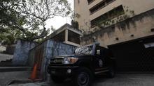 Imagen de archivo del exterior de la casa de Juan José Márquez, tío del líder opositor Juan Guaidó, mientras es allanada este jueves en Caracas (Venezuela) EFE/ Miguel Gutiérrez/Archivo