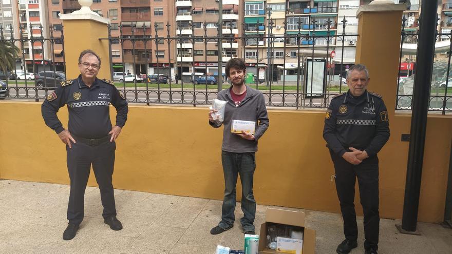 Denis, de Riders For Derechos, recibe la donación de parte del jefe del Cuerpo José Vicente Herrera y el comisario Martí.