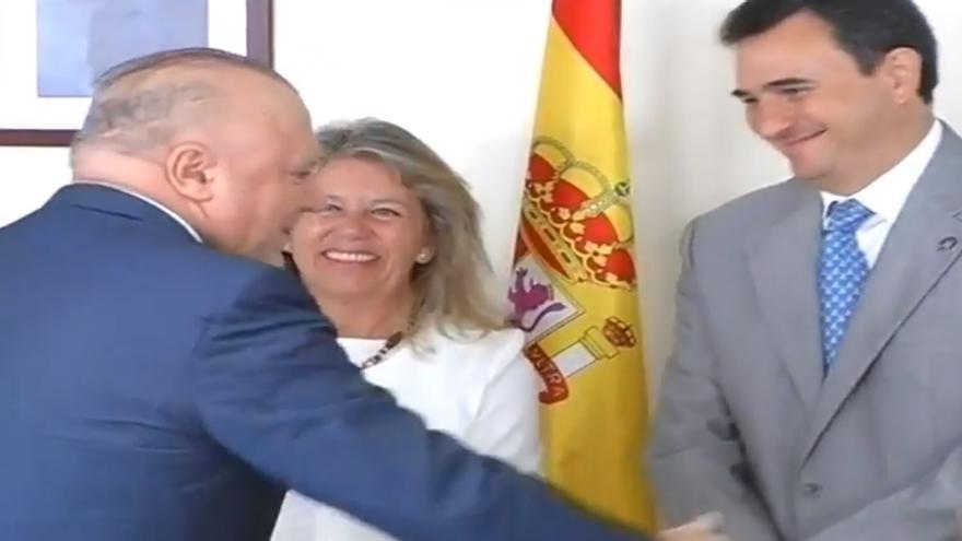 La alcaldesa de Marbella condecora al excomisario Villarejo