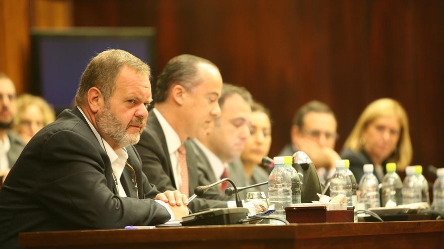El portavoz de Coalición Canaria (CC) en el Cabildo de Gran Canaria, Fernando Bañolas, durante un pleno.