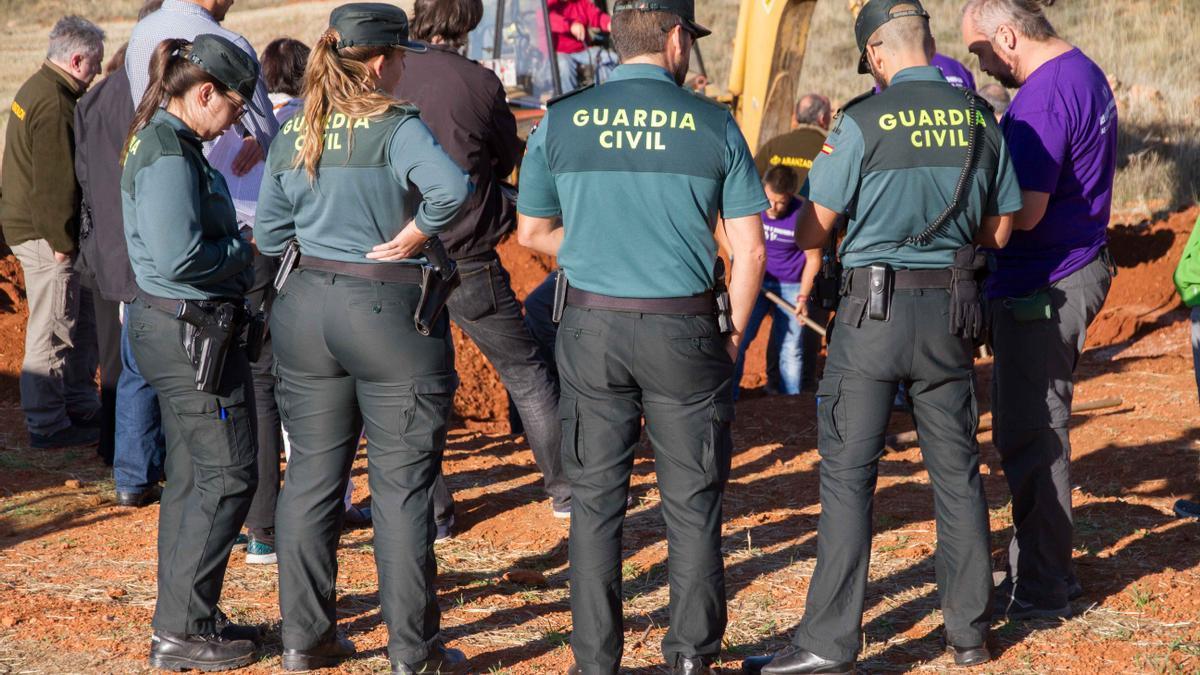 Presencia de la Guardia Civil en la fosa de La Riba de Escalote.