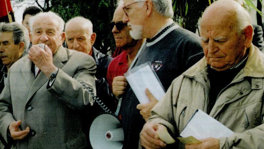 Acto de homenaje que la primera Caravana de la memoria realizó en el Cementerio de Ciriego en el otoño de 2000. | Foto cedida por la Asociación Guerra y Exilio