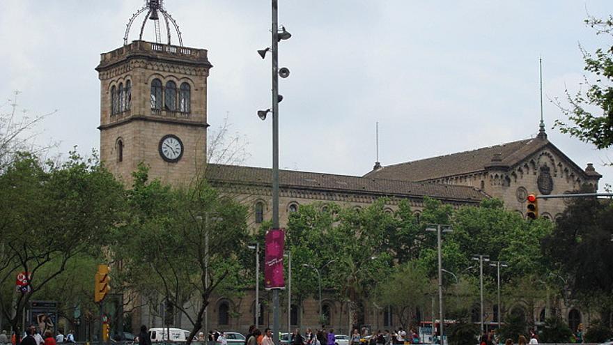 Vista de la sede principal de la UB desde la plaza Universitat. (cc: scalleja)