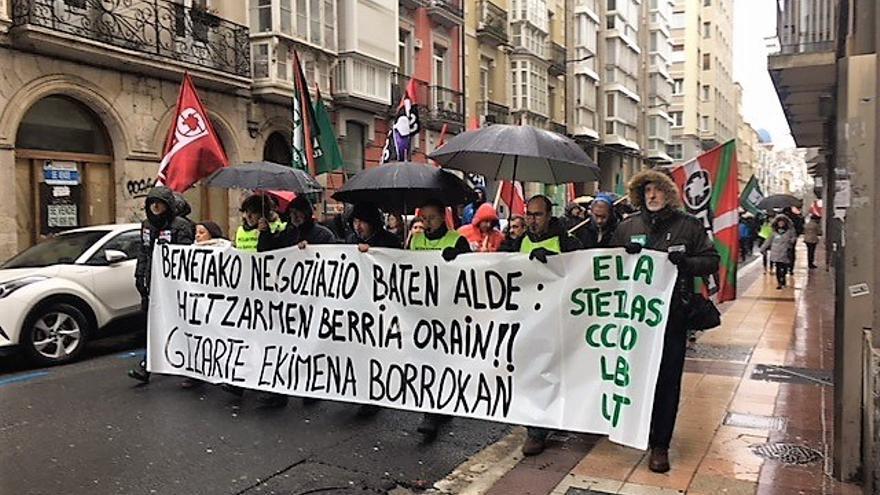 Un momento de la manifestación de los docentes de la red concertada, en Vitoria.