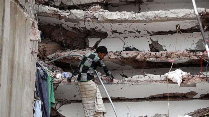 Un hombre busca entre las ruinas del complejo textil de Bangladesh.