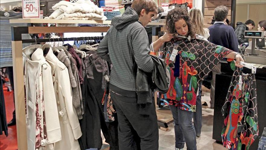 La confianza del consumidor baja en diciembre, pero mejora respecto de 2012