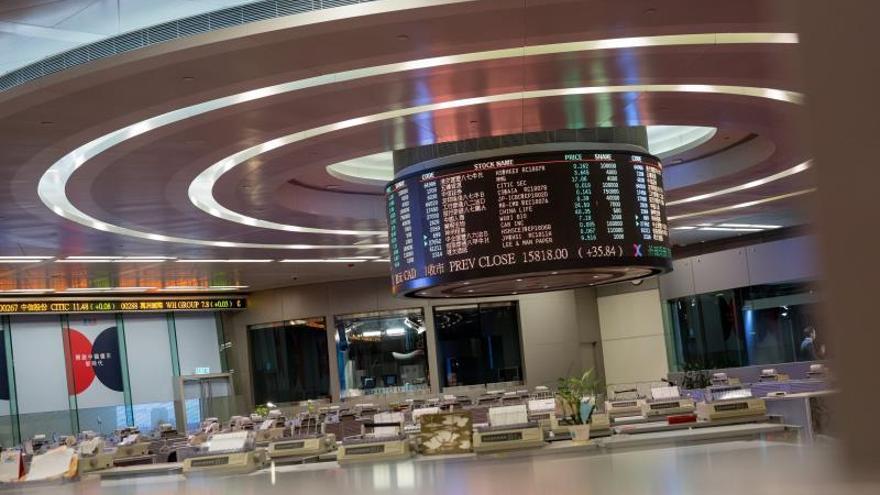 La Bolsa de Hong Kong avanza un 0,58 % a media sesión