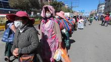 Pasajeros esperan para abordar un minibus en El Alto (Bolivia).