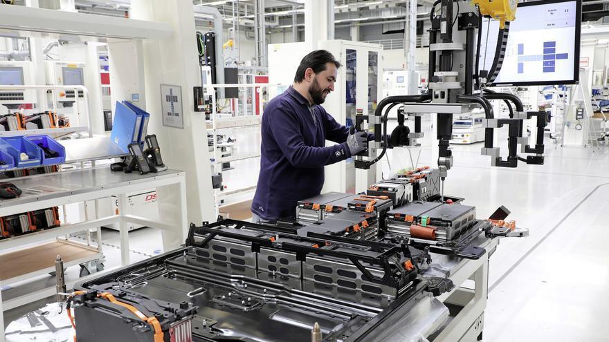 Cadena de montaje de baterías para un vehículo eléctrico.