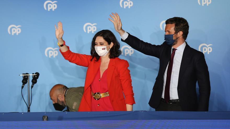 La presidenta de la Comunidad de Madrid y candidata a la reelección por el PP, Isabel Díaz Ayuso; y el líder del PP, Pablo Casado
