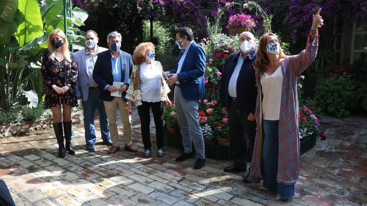 El alcalde y algunos concejales visitan el patio de la plaza de las Tazas