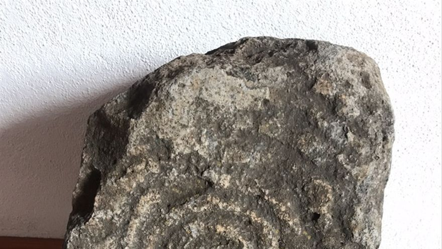 Grabado descubierto junto al Camino de La Pata, en Los Barros. (Donado por Familia Braulio Martín Hernández).