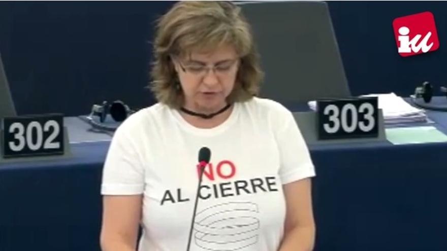 Paloma López, eurodiputada de IU, con una camiseta contra el cierre de Elcogás / Foto: IU-CLM