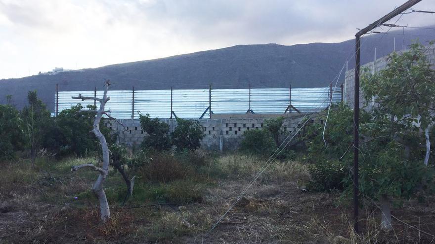 Vista parcial con el vallado de la propiedad de la planta