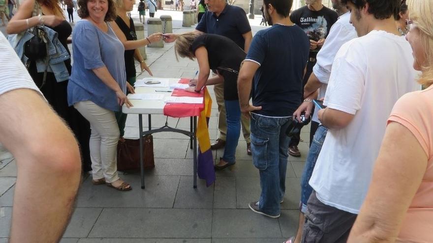 Recogida de firmas en la Plaza Nueva en demanda de una consulta ciudadana sobre el modelo de Estado