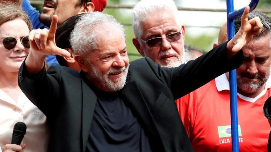 El expresidente de Brasil Luiz Inácio Lula da Silva saluda a seguidores este sábado en Sao Bernardo do Campo (Brasil), su cuna política, en su primer día en libertad después de 1 año y 7 meses entre rejas.