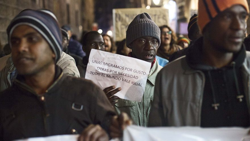 Alrededor de 300 personas marchan por la calle Ferran el Día del Migrante