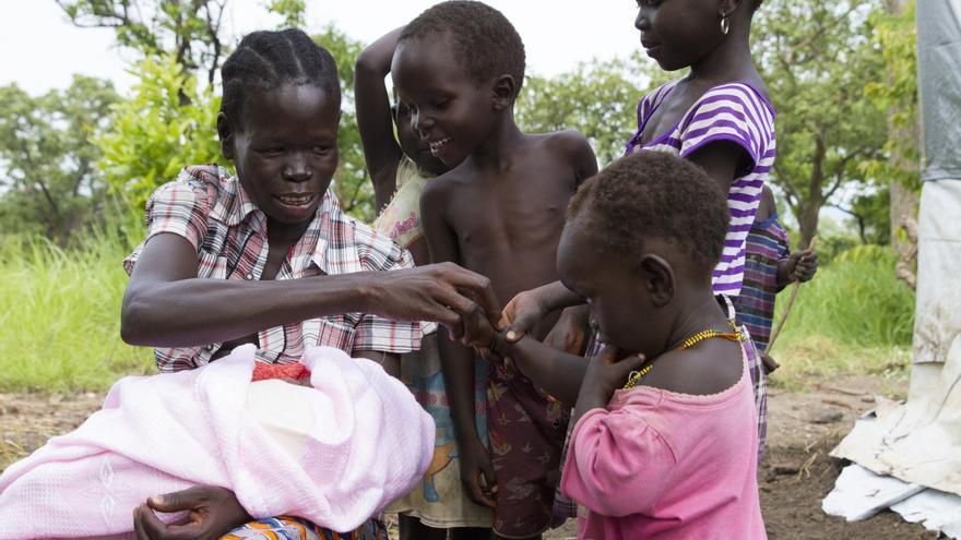 Betty, refugiada sursudanesa, con sus hijos en el campamento de Rhino, Uganda.