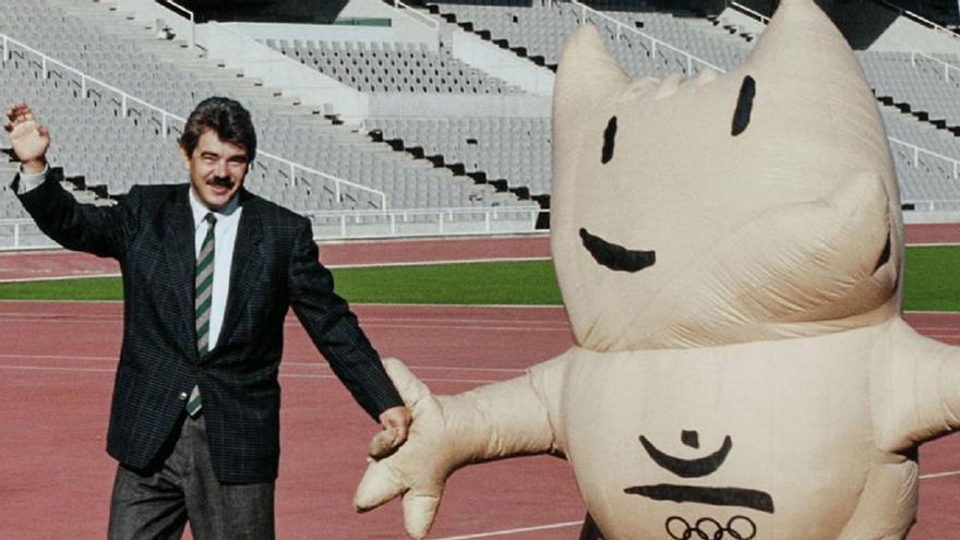 Pasqual Maragall junto a Cobi, la mascota de las olimpiadas de 1992.