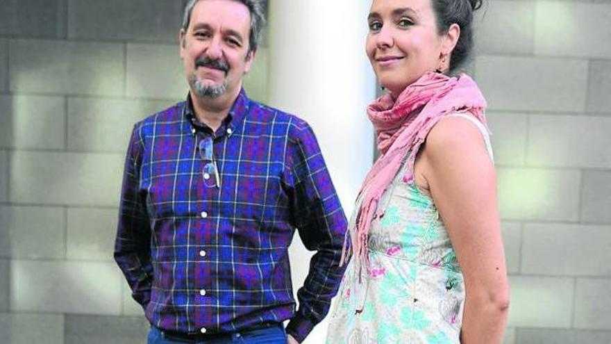 Álex Oviedo y Elena Sierra, autores del libro 'El hacedor de titulares'.