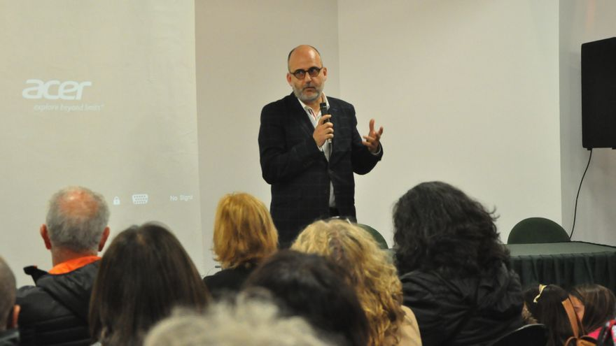 El cineasta, escritor cinematográfico y experto en Comunicación Luis Roca durante la proyección del documental.