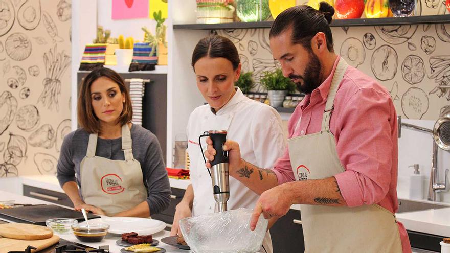 Tamara Falcó y Javier Peña, junto a la chef Begoña Fraire en su último programa