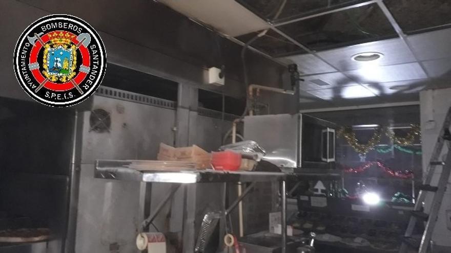 Dos empleados del Telepizza del Alisal, intoxicados por humo al intentar apagar un fuego en la cocina