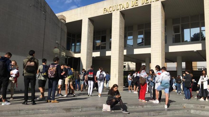 Estudiantes en el campus de la Universidad de Zaragoza