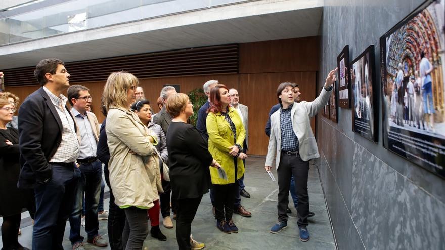 El Parlamento de Navarra acoge una exposición fotográfica sobre la Puerta del Juicio de la Catedral de Tudela