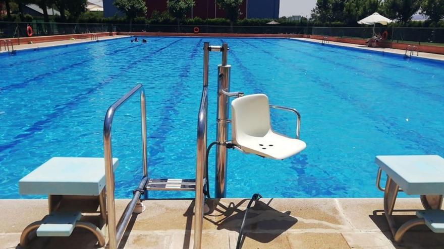 Nueva grúa para personas con discapacidad en la piscina pública de Consuegra