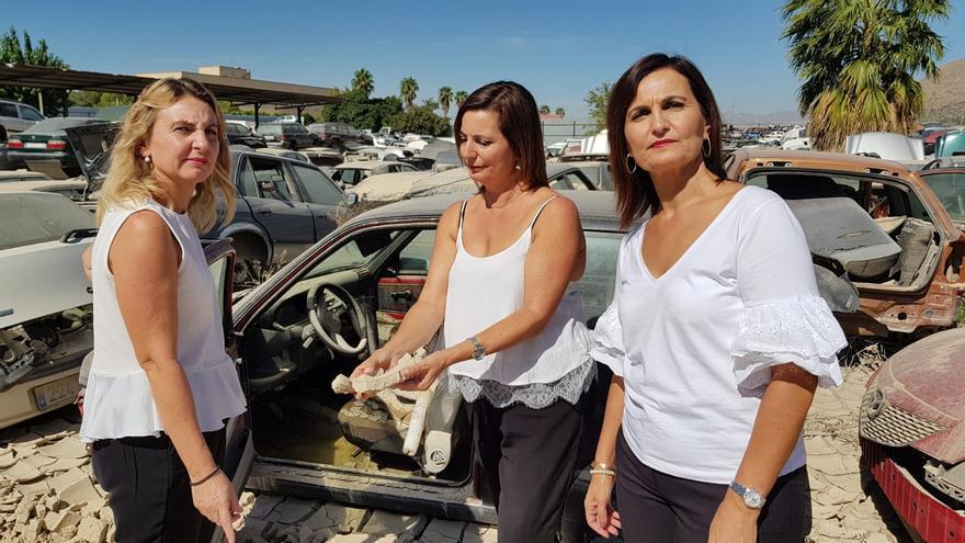 María José, Julia y Rosa regentan 'Desguaces Miguel'