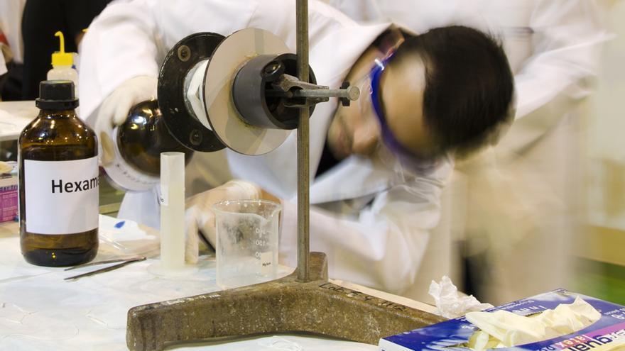 Trabajo de laboratorio en el Instituto de Investigaciones Quimicas del CIC Cartuja de Sevilla.