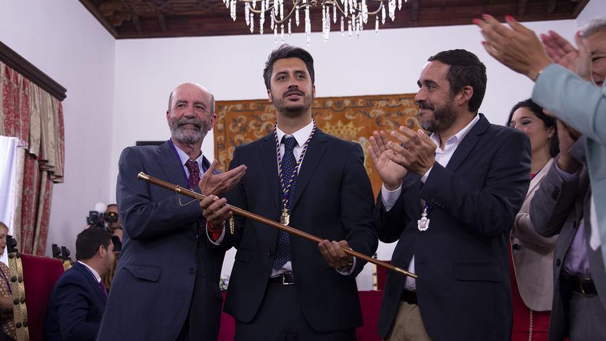 El concejal electo Santiago Pérez (Avante La Laguna), el nuevo alcalde de San Cristóbal de La Laguna, Luis Yeray Gutiérrez (PSOE) y el concejal electo Rubens Ascanio (Unidas Se Puede).