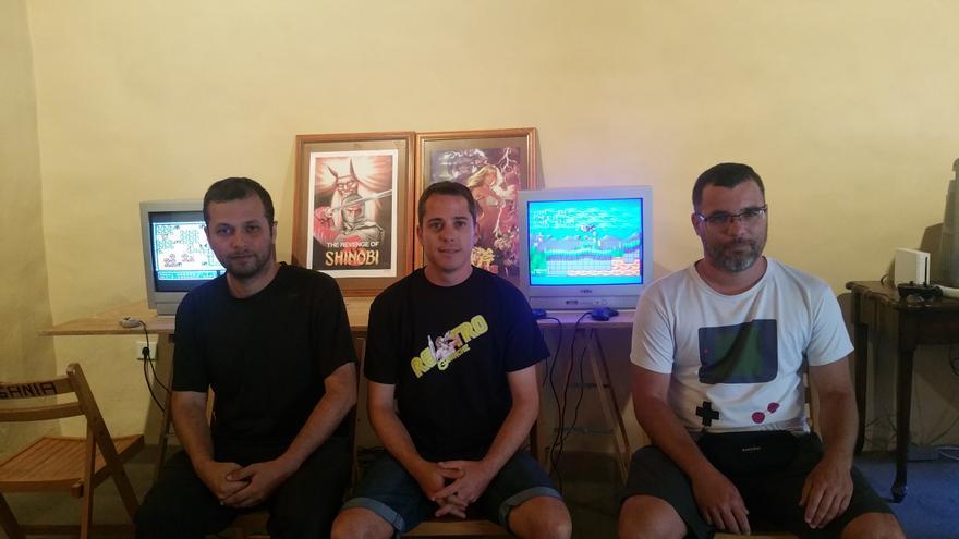 Los tres miembros de 'Retro Guanche' en la exposición.