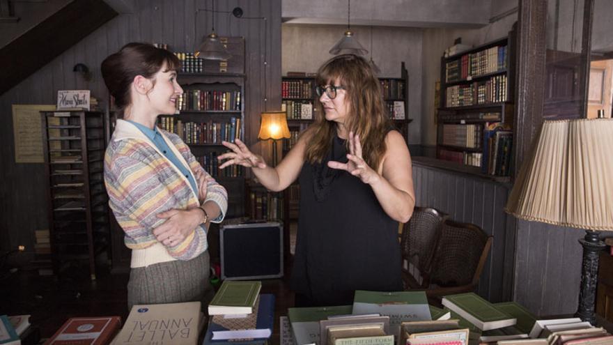 Isabel Coixet dirigiendo a Emily Mortimer en 'La librería'