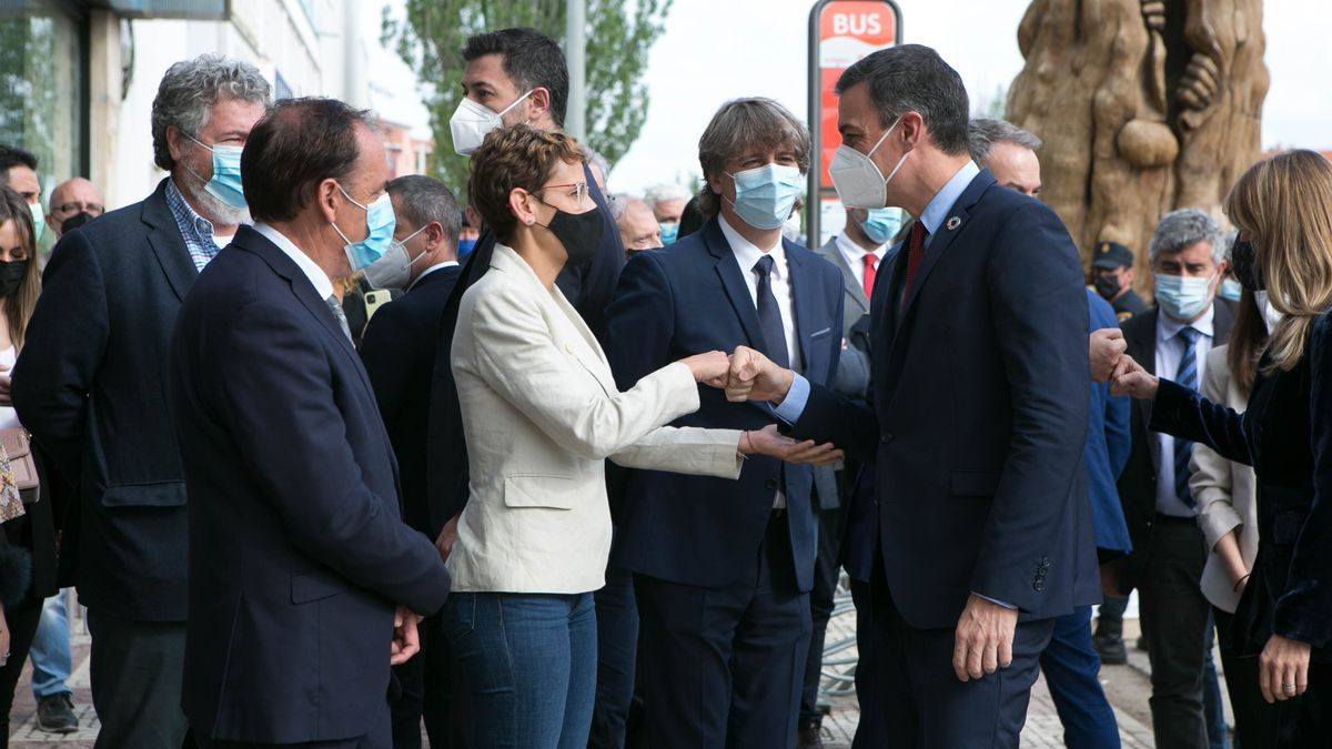 El presidente del Gobierno, Pedro Sánchez, saluda a la presidenta de Navarra, María Chivite, a su llegada a la inauguración de la IV Feria Nacional para la Repoblación de la España Rural Presura.
