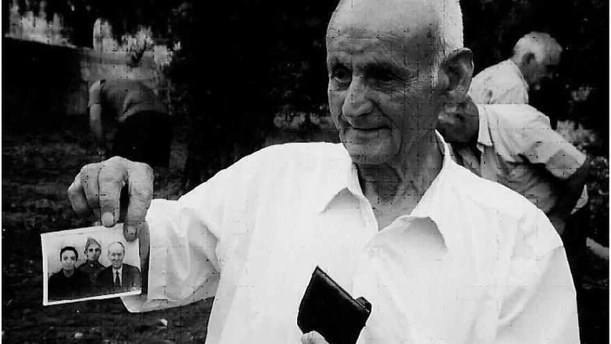Agustín Góngora sostiene una foto de su hermano durante las excavaciones de 2003 / Foto: CGT A