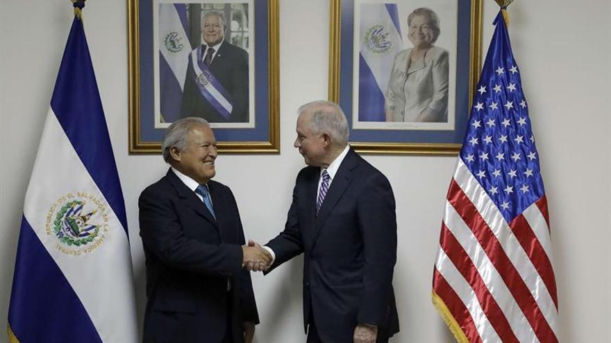 Sessions finaliza su visita a El Salvador con la reunión con los fiscales de América Central
