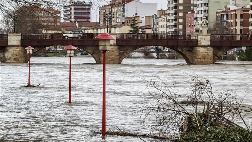 El Ebro supera los 1.100 metros cúbicos en Zaragoza y los 1.600 en Castejón