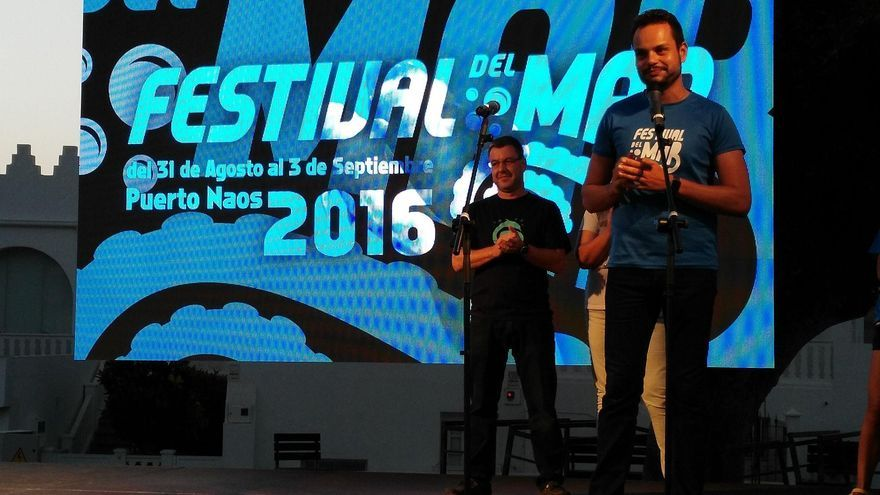 Jordi Pérez Camacho (d), consejero de Promoción Económica, Comercio y Empleo del Cabildo de La Palma, en el acto de inauguración el Festival del Mar celebrado en la Avenida Marítima de Puerto Naos.