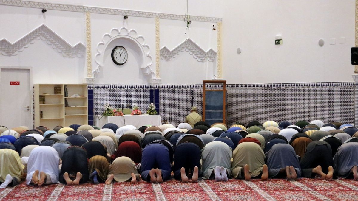 Musulmanes rezando en una mezquita de Salt (Girona).