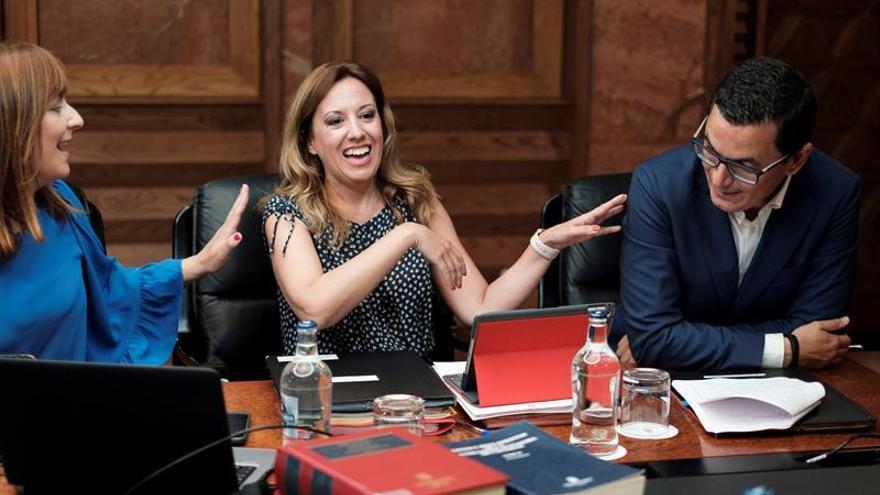 Las consejeras regionales de Política Territorial y Hacienda, Nieves Lady Barreto (i) y Rosa Dávila (c), y el consejero de Obras Públicas, Pablo Rodríguez (d), momentos antes de la reunión del Consejo de Gobierno. EFE/Ángel Medina G.
